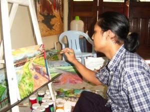 ミャンマーの若手画家が紙芝居の原画を描く