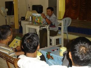 男性ボランティアによる紙芝居の上演会