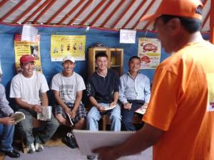 男性ボランティアが地域男性に対し、妊娠についての説明をする