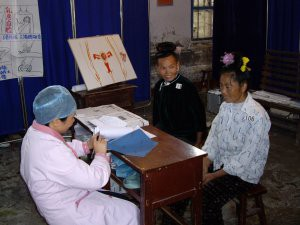 婦人科健診で村の女性への健康相談(雷山県)