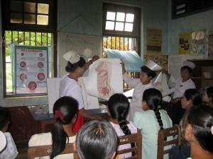 助産師が妊産婦などに対し健康教育セッションを行い、安全な妊娠と出産を確保します。
