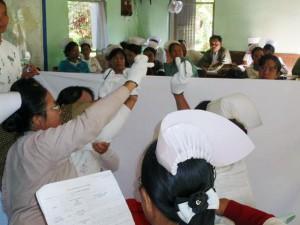 地域で入手できる教材として、手袋を使った指人形を活用した健康教育を促進しました。