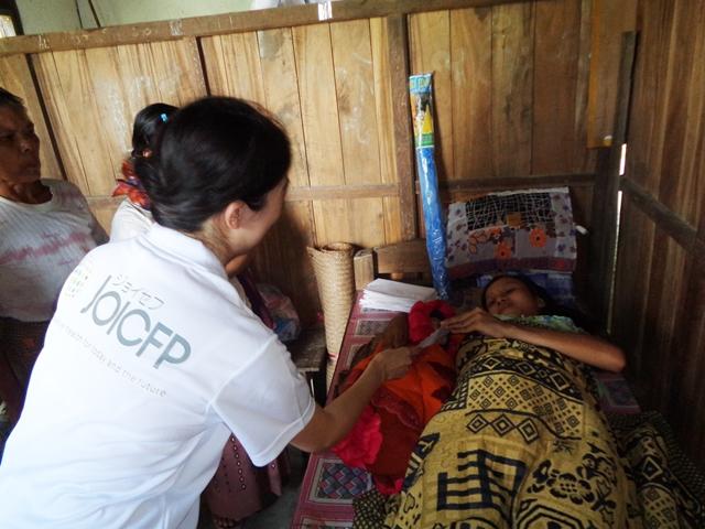 s-保健所で出産したばかりの農村の女性