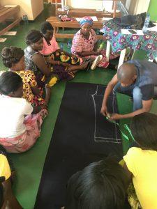 学校の制服作りを学ぶ参加者たち