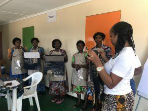 ジョイセフエプロンを入れるバッグもザンビアのチテンゲで制作。グエンさんによるクオリティチェック